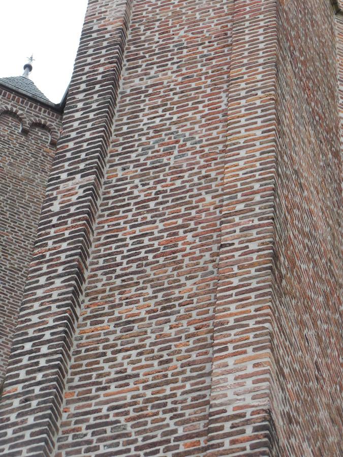 Ook een ruit is ingemetseld in de Oude Toren in Eindhoven.
