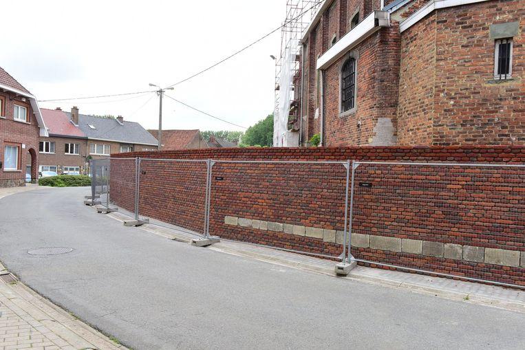 De nieuwe muur staat er nu, maar volgende week is er opnieuw geen doorgaand verkeer mogelijk in de Brusselstraat.