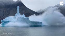 Prachtige ijsberg breekt in duizend stukjes vlak bij toeristen
