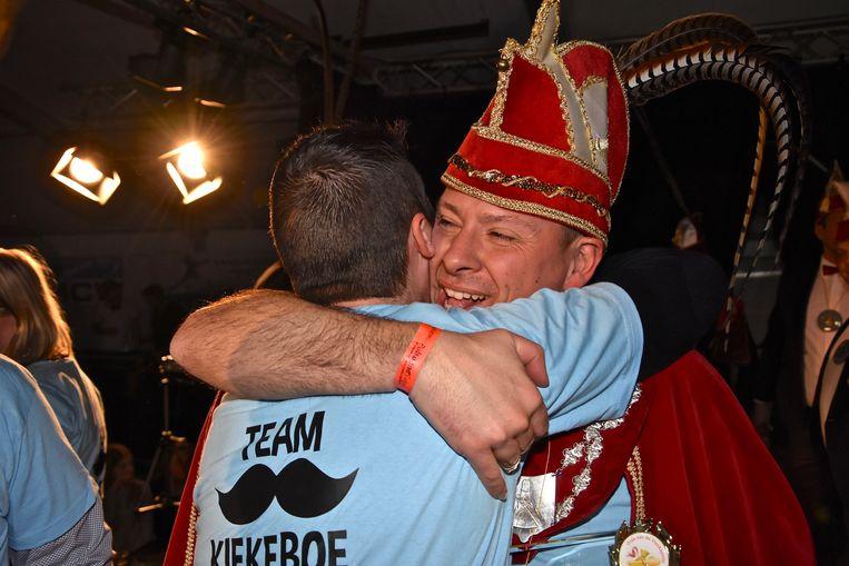 Verkiezing Prins Carnaval Gullegem - Davy Himpe vloog de supporters nadien in de armen