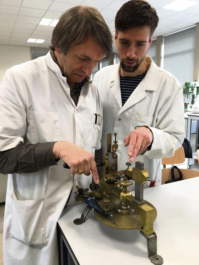 Arjan Barnard (links) laat een student van de vakschool Schoonhoven een freesmachine zien die vroeger op de opleiding werd gebruikt.