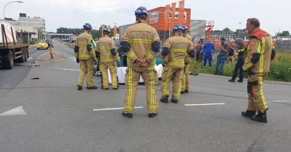 Brandweer bevrijdt bestuurder uit zijn auto na aanrijding in Hengelo.