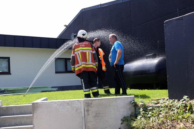 De oververhitte gastank besproeien met water, zoals hier op deze archieffoto, is meestal voldoende om het probleem te verhelpen.