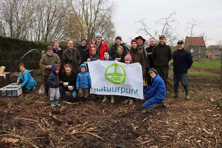 De vrijwilligers van Natuurpunt hebben vierhonderd nieuwe bomen en struiken aangeplant op de Bievegemberg.