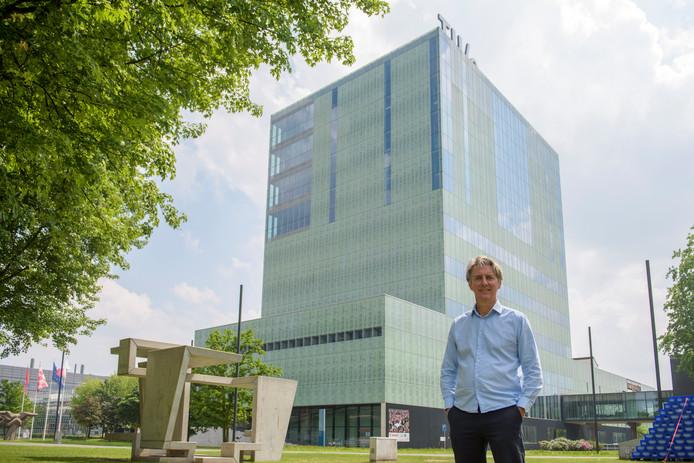 Professor / Architect Paul Diederen voor het gebouw Vertigo, de faculteit bouwkunde.