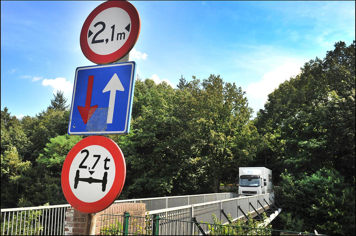 Meer dan één auto tegelijkertijd gaat niet, op het spoorbruggetje in Molenhoek.