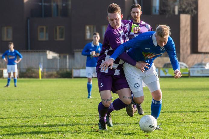 Max van Wijnen (rechts, blauw shirt) worstelt zich langs TVC Breda-aanvoerder Tim Eggly.