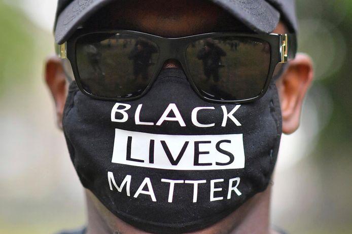 Een demonstrant tijdens een betoging in Bristol, Engeland, op donderdag.