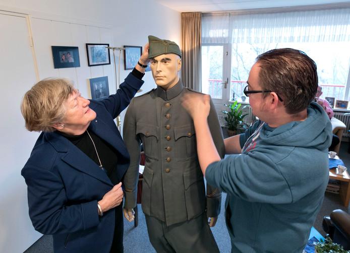Bert Jan Dierink met oud unifoirm van Eindhovense militair