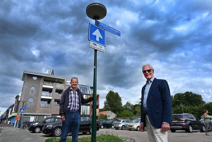 Het Titus Brandsmaplein is er al. Een beeld komt er ook. Hans Lucassen (links) en Henk de Best zetten zich ervoor in.