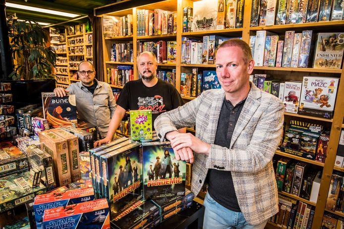 Stripwinkel Comicasa in Enschede is één van de 22 deelnemende winkels aan het sociale kerstpakket. Vlnr Peter en Robert van der Weide (eigenaren stripzaak) en Tom Kuijpers (bedenker alternatief kerstpakket).