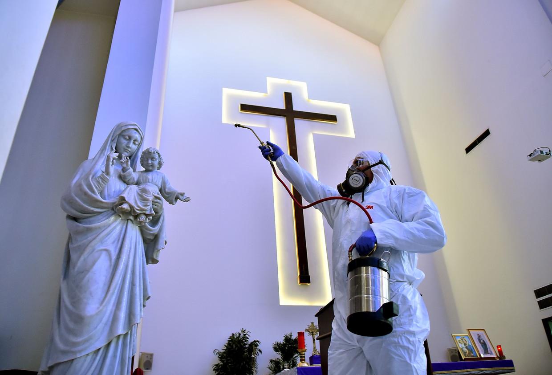 Een kerk in Beiroet wordt ontsmet in een poging de verspreiding van het nieuwe coronavirus in Libanon tegen te gaan.