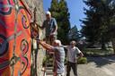 De tuin náást de Sint Jankerk wordt opengesteld voor publiek. Het moet een oase in de buurt worden, waar kunst wordt tentoongesteld. Henk Thüss (op de ladder) Leo Metternich (met boor) en Ben Engelbertink  richten de tuin in.