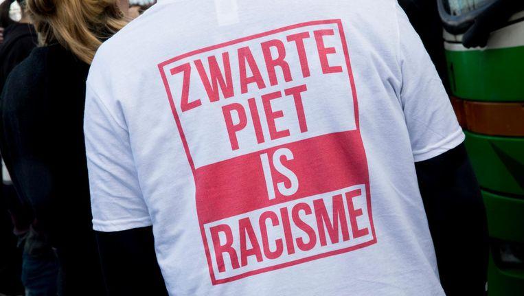 Een tegenstander van Zwarte Piet op de A7 bij Joure, waar voorafgaand aan de intocht vorig jaar bussen met demonstranten werden tegengehouden door voorstanders van Zwarte Piet. Beeld anp