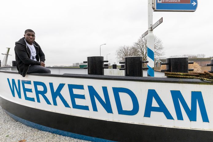 Royston Drenthe poseert een dag voor zijn vertrek naar Spanje nog in zijn woonplaats Werkendam.