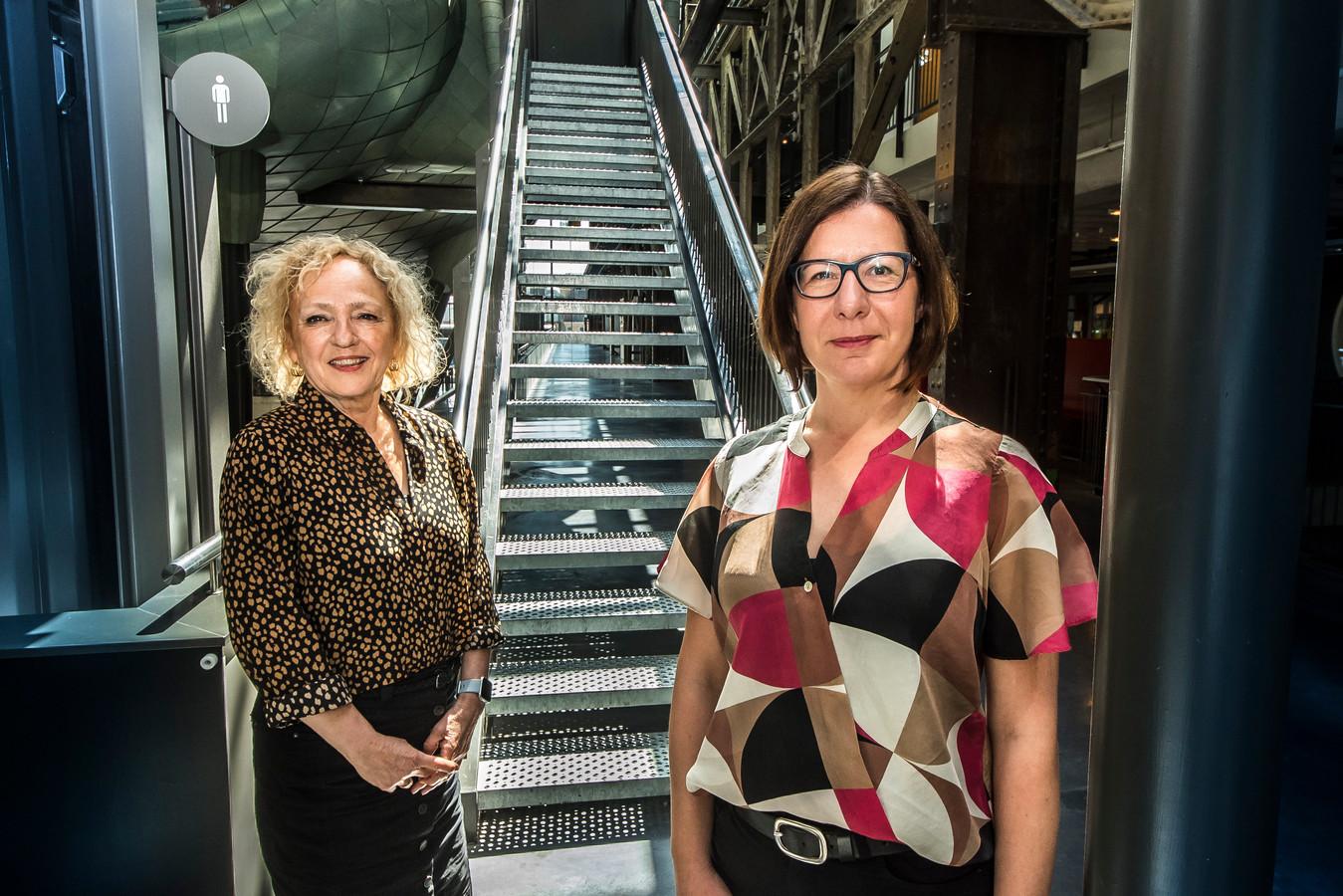 """Heleen van Bussel (links) en Dragana Bijelic van het Loopbaancentrum van ROC van Twente.  """"Onze studenten houden er nu eenmaal niet zo van om lang voor een beeldscherm te zitten."""""""