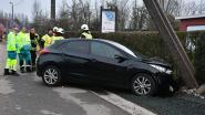 Dame verliest controle over stuur en rijdt elektriciteitspaal uit de grond
