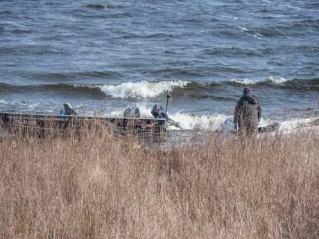 Drie vissersboten gestrand tegen kant van het Schelde-Rijnkanaal