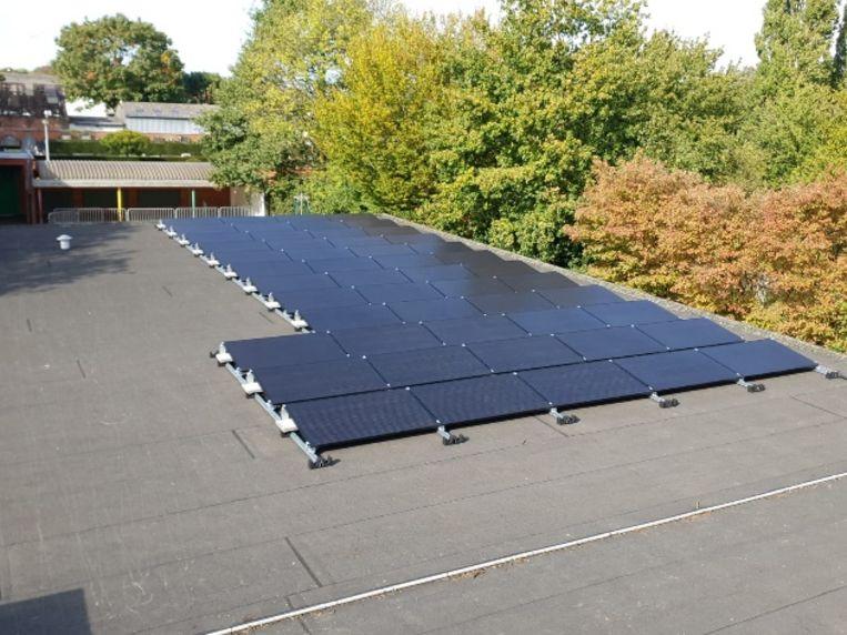 Vandaag zijn zonnepanelen op appartementen juridisch erg ingewikkeld. Zo is het niet mogelijk de geproduceerde stroom van zonnepanelen op een appartementsgebouw te verdelen onder de bewoners van dat gebouw.