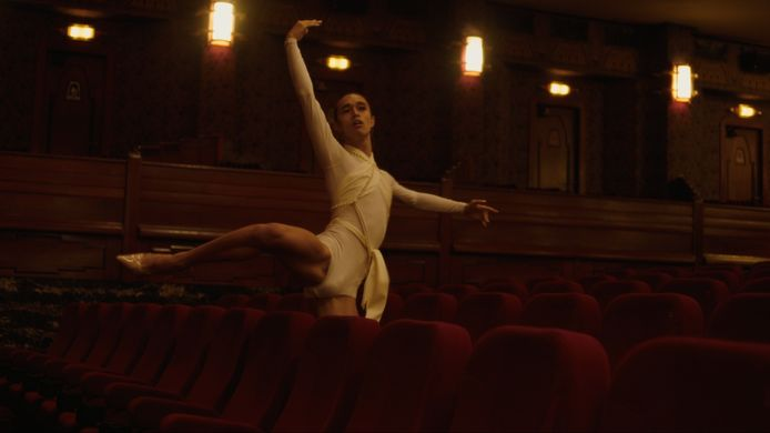Robin Nimanong (24) geeft dansoptredens waarin hij kritiek uit op gendernormen.