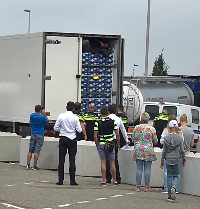 Vluchtelingen wordt uit vrachtwagen gehaald op Hazeldonk Foto Richard Bruijne