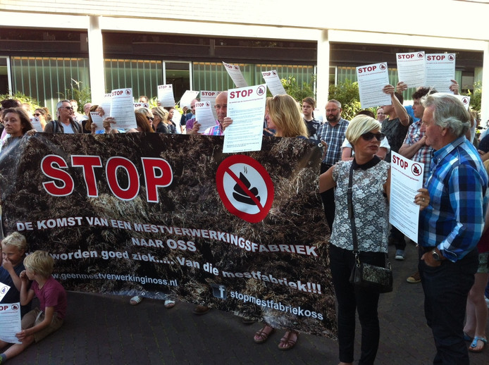 Protesten tegen de vestiging van een mestverwerkende fabriek op bedrijventerrein Elzenburg in Oss.