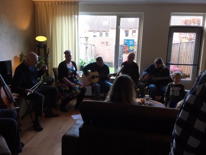 Betoverd worden in een huiskamer tijden Muziek bij de buren in Uden