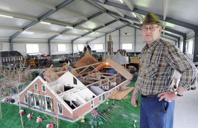 Joop Koers heeft na zijn pensionering zijn handen vrij om groepen rond te leiden in zijn zelfgecreëerde museum. foto Hans Veenhuis