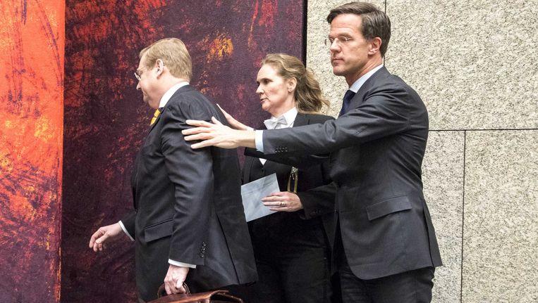 Premier Rutte doet Ard van der Steur uitgeleide uit de Tweede Kamer, nadat deze als minister van justitie en veiligheid zijn aftreden bekend heeft gemaakt. Dat gebeurde tijdens een debat over de Teevendeal. Beeld ANP