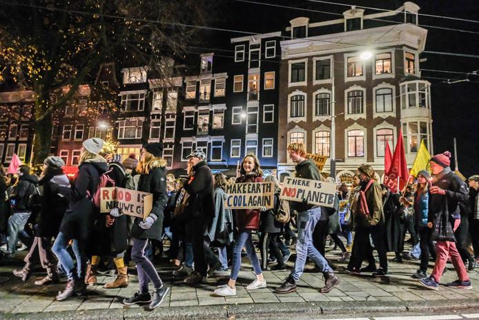 Bezorgde Nederlanders houden een lichtjesmars door Amsterdam om hun angst en zorgen uit te spreken over klimaatverandering.