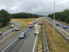 Vrachtwagen en auto's botsen op A50 bij Epe: ruim half uur vertraging