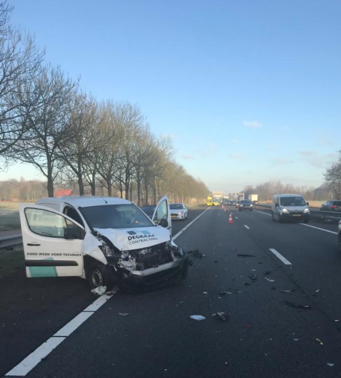 Een botsing tussen bedrijfsauto's is de oorzaak van het ongeval.