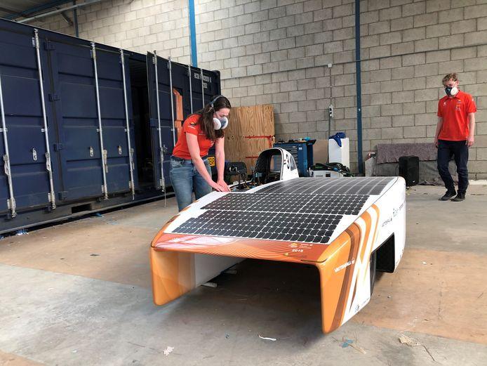 De Delftse studenten tijdens de ontwikkeling van de Nuna Phoenix. Vandaag hoopt het team in Lelystad het wereldrecord te verbeteren.