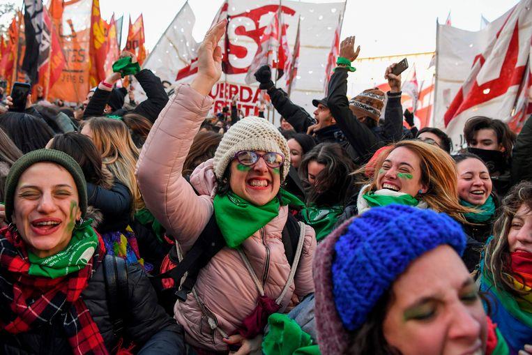 Mensen die voor de legalisering van abortus zijn, verzamelden aan het parlement om het wetsontwerp te vieren.