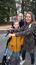 Ingrid van der Sterren met haar kinderenJet en Joep proberen de e-step.