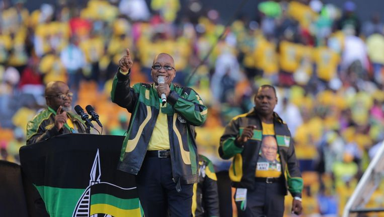 De Zuid-Afrikaanse president Jacob Zuma (midden). Beeld epa