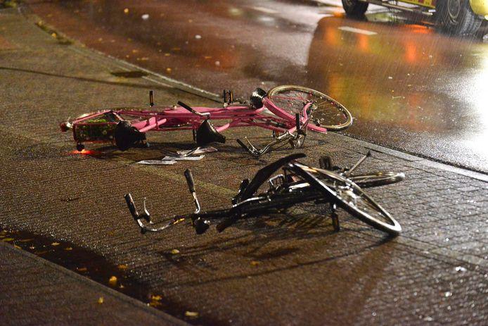 Fietsen liggen op straat, nadat een automobilist in Rijsbergen in de vroege zondagochtend op een groep cafégangers is ingereden. De verdachte reed door, en was woensdag nog altijd spoorloos.