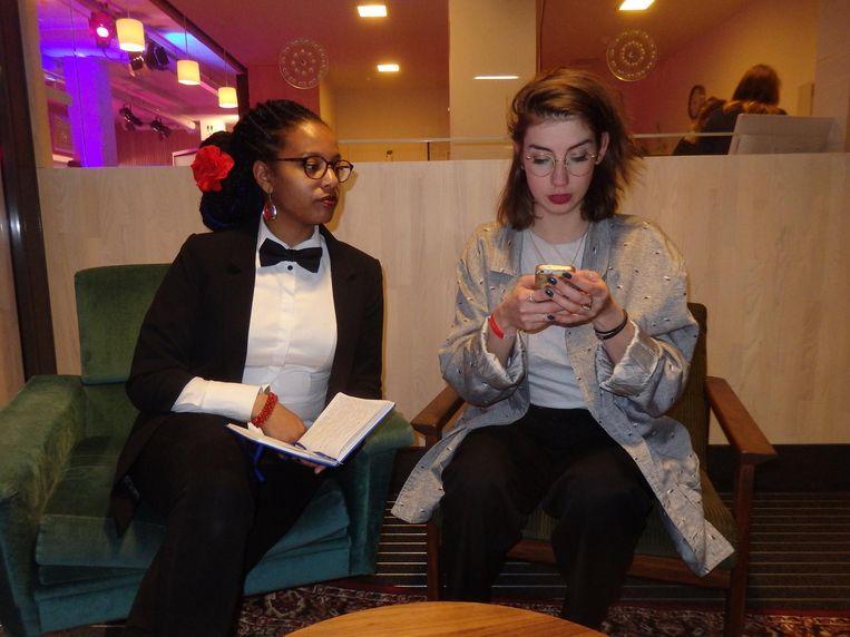 Naomi Veldwijk en Kirsten Berkx, voordragers van Clubspoken, lezen debutanten voor. 'Tot het licht dooft en ik niets anders kan dan je haten.' Beeld Schuim
