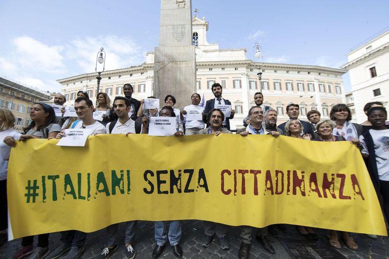 Een demonstratie in Rome, een paar weken geleden. 'Italianen zonder burgerschap' staat er op het spandoek. Beeld AP