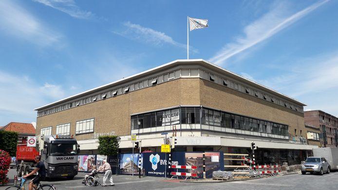 Bij het oude V&D pand in Bergen op Zoom staat de constructieve sloop op punt van beginnen. De bouwplaats wordt voor de veiligheid afgezet, daarna worden dakvloeren en gevels verwijderd. De BVR-groep bouwt het voormalige warenhuis om tot 45 appartementen.