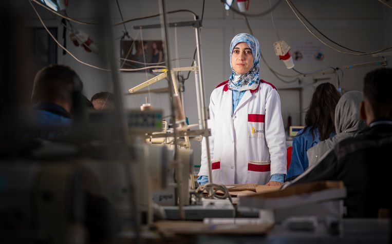 Hanane Haltout, opleidster bij Loratex in Tanger, Marokko.  Beeld Freek van den Bergh / de Volkskrant