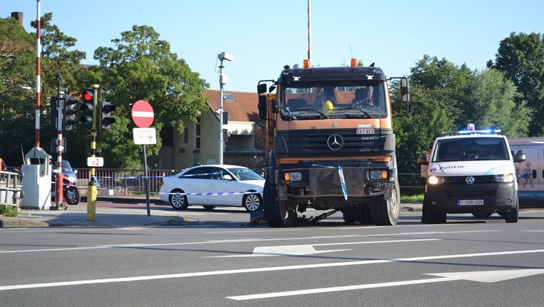 In Brugge belandde een fietser onder een vrachtwagen bij een dodehoekongeval.