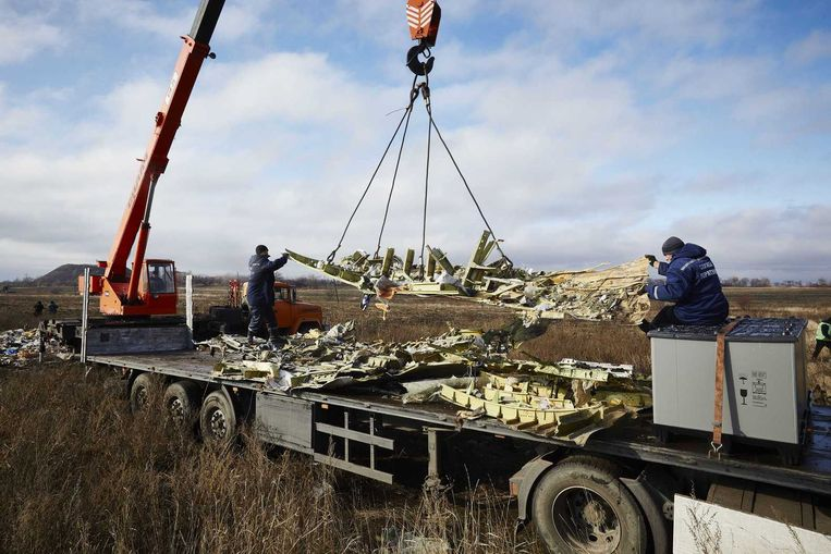 Wrakstukken van MH17 worden op een vrachtwagen geladen. Beeld anp
