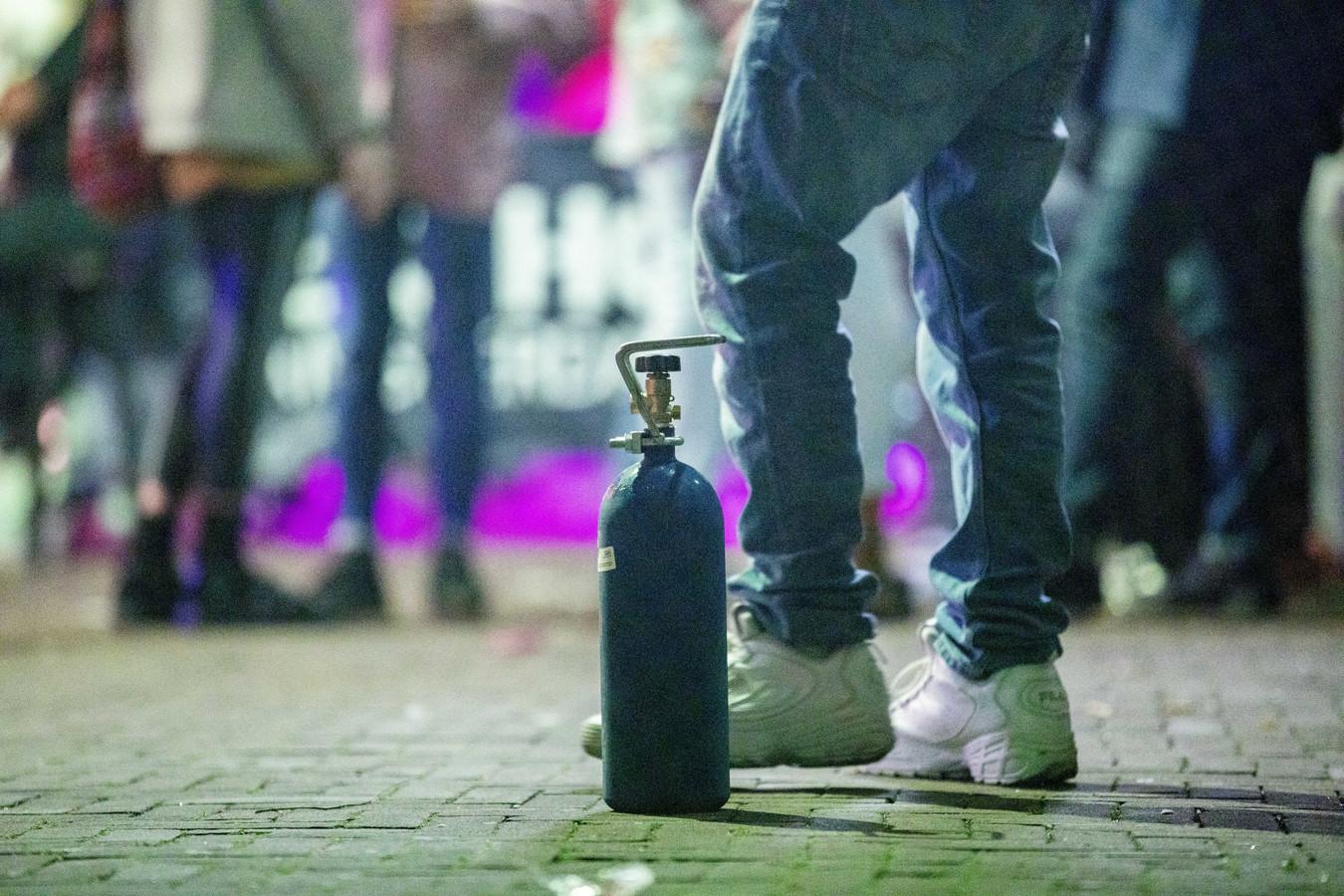 Verkopers proberen op straat lachgas aan de man te brengen.