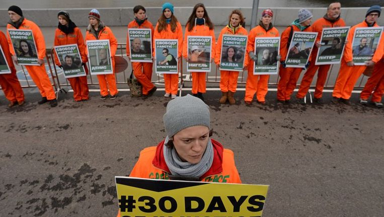 Activisten eisen de vrijlating van de Greenpeace-activisten. Beeld afp