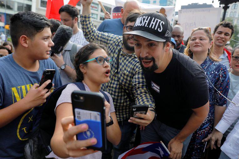 Acteur Lin-Manuel Miranda poseert voor een selfie.