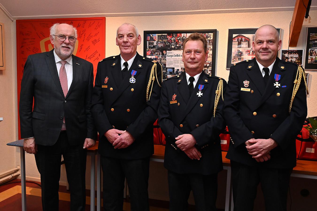 Drie jubilarissen van de brandweer in Oeffelt gehuldigd door burgemeester Karel van Soest. Vlnr: Van Soest, Pieter Rooijackers (45 jaar bij brandweer), Henk van den Hoogen (30 jaar lid en postcommandant) en Wim Repkes, (30 jaar lid).
