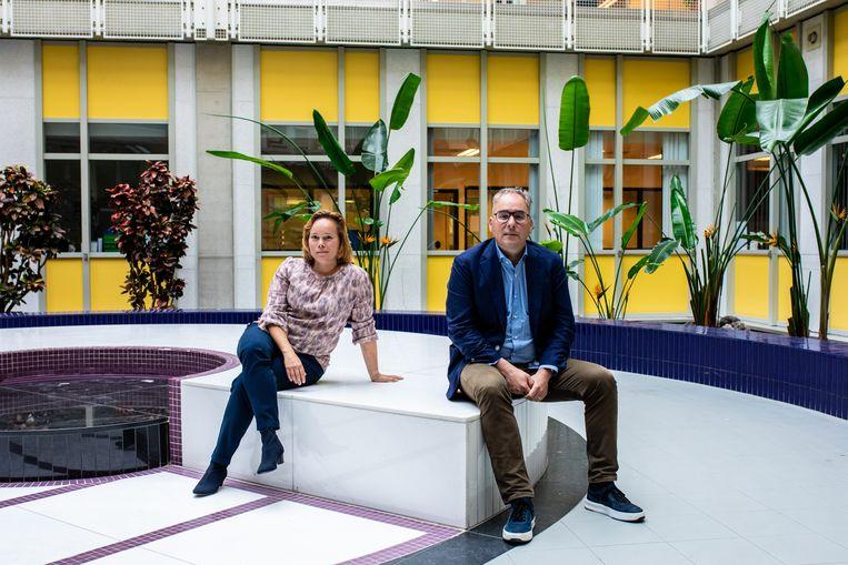 Intensivist Lennie Derde en arts-microbioloog Marc Bonten in het Universitair Medisch Centrum Utrecht. Beeld Nosh Neneh