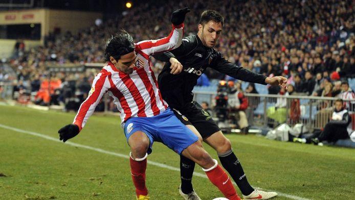 Victor Ruiz (r) in duel met Atlético-spits Falcao.