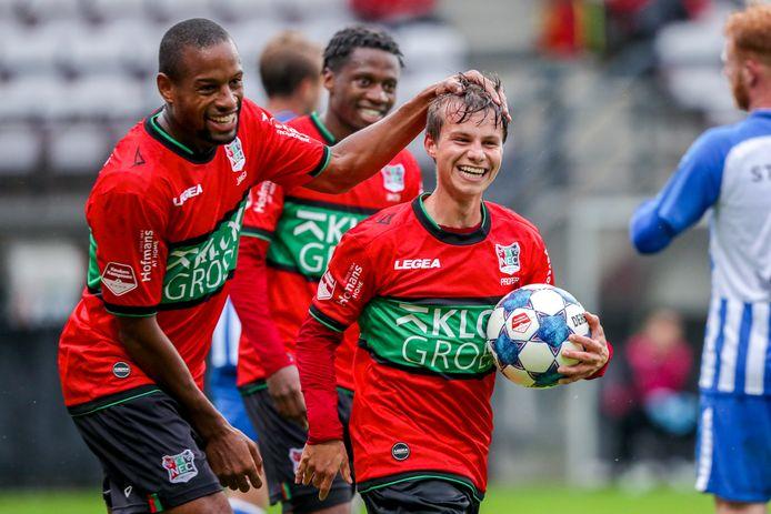 Dirk Proper krijgt een aai over zijn bol na zijn doelpunt tegen FC Eindhoven.